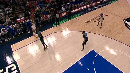 还是得巨人亲自出马!篮球卡篮架上博班拿拖把将其捅下