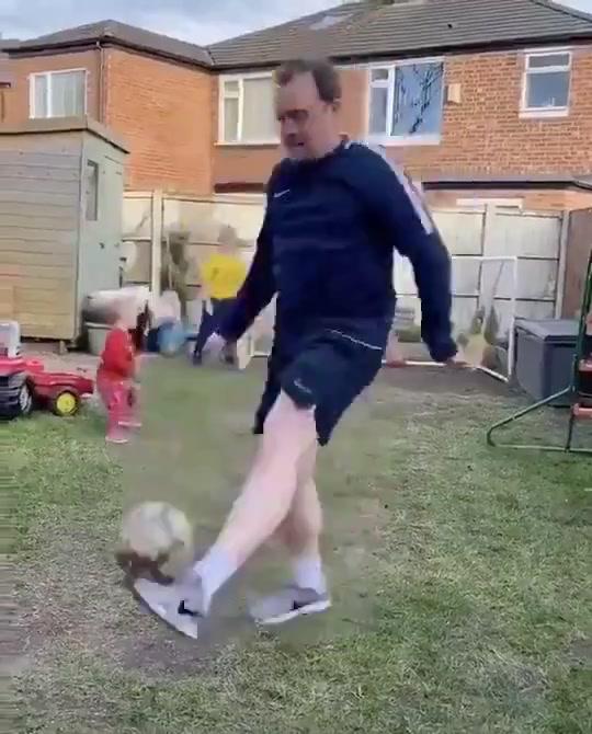 孩子的噩梦?当老爸在孩子面前秀球技
