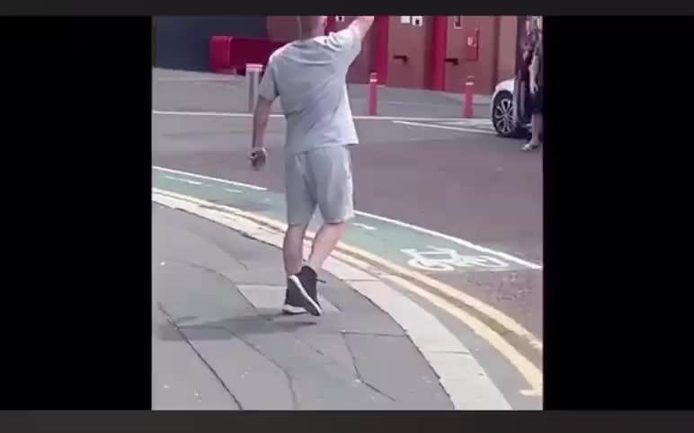 爆粗!曼联球迷怒喷来老特拉福德庆祝的利物浦球迷