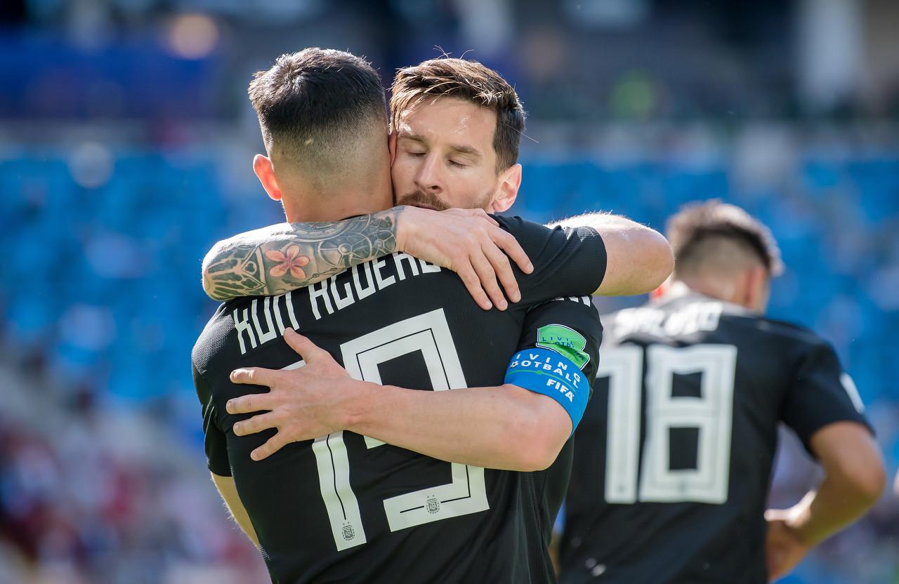 梅西祝贺阿圭罗组成电竞队,阿圭罗回复:在我的球队中你是首发