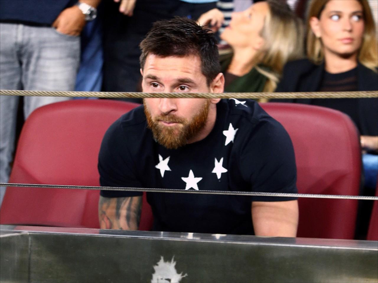 每体:梅西仍然保持着沉默,但他正在仔细考虑留在巴萨的选项