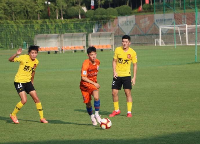 官方:鲁能99年青训球员杨意林租借至梅州客家