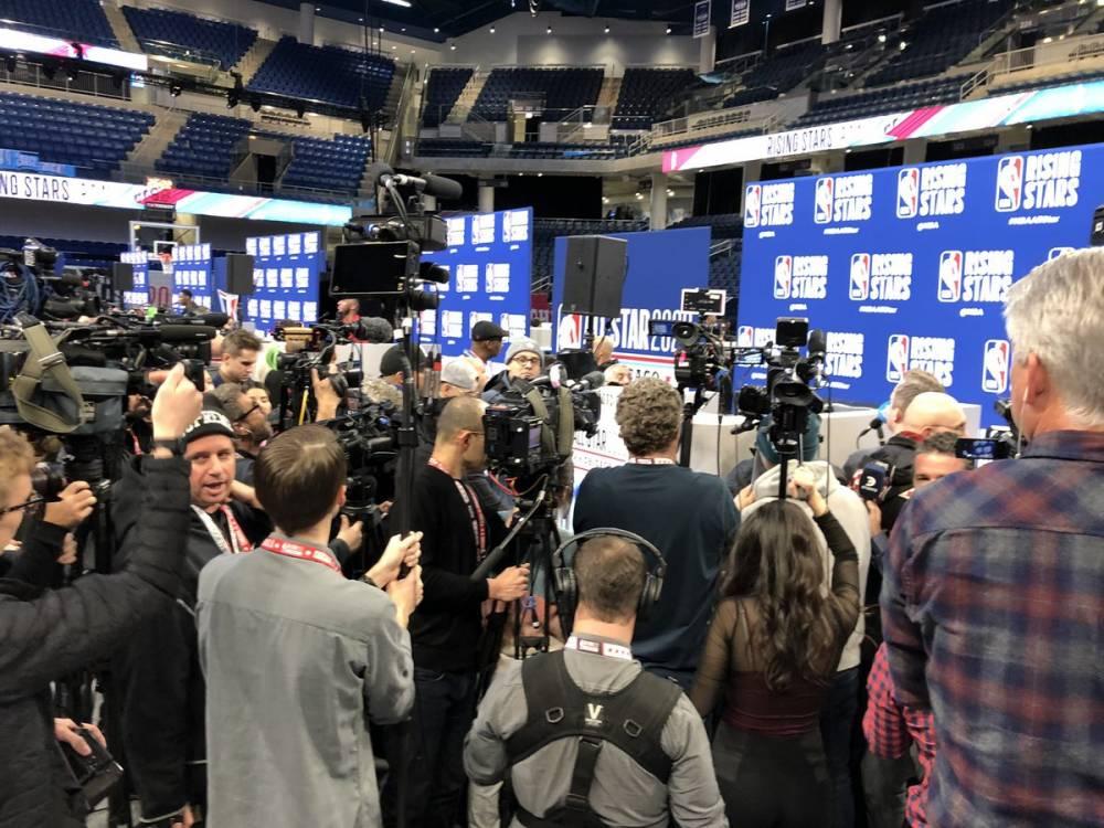 人气爆炸!数十位记者提前半小时包围东契奇采访台