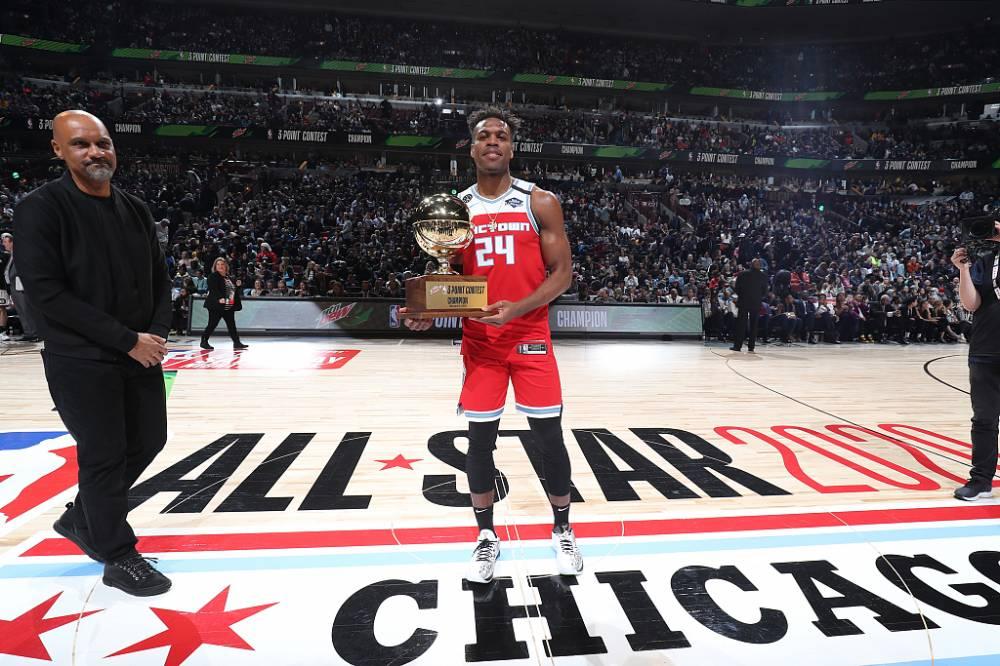 篮球晚报:琼斯险胜戈登夺扣篮王 AMVP奖杯将以科比命名