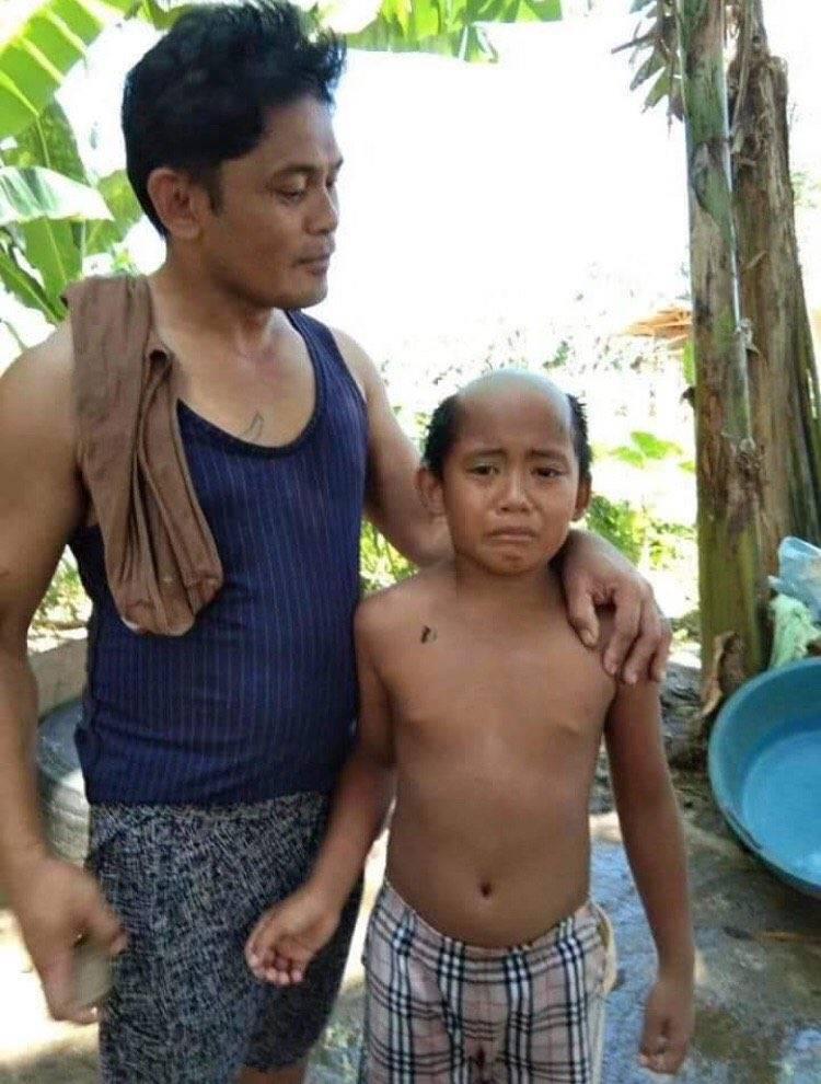 """父爱如山!泰国父亲为防止儿子上街乱跑 给其剪出""""隔离""""发型"""
