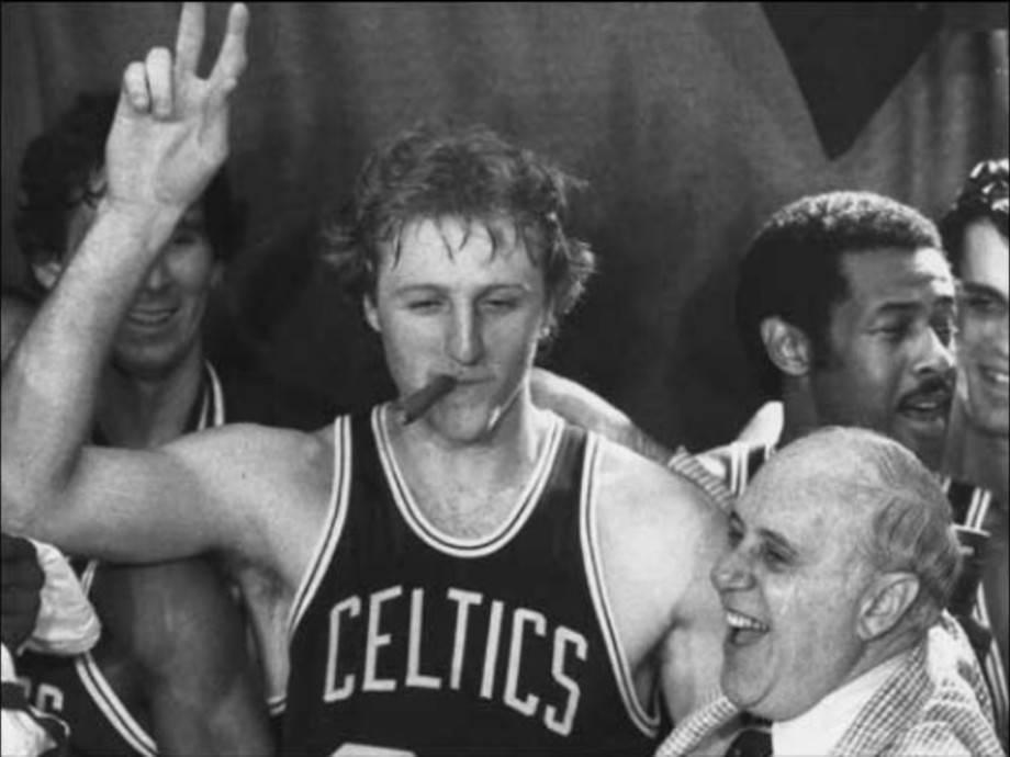 【NBA老照片】伯德夺冠后抽雪茄 与奥尔巴赫相拥庆祝