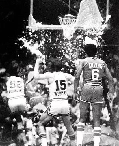 "【NBA老照片】""巧克力炸弹""道金斯扣碎篮板"