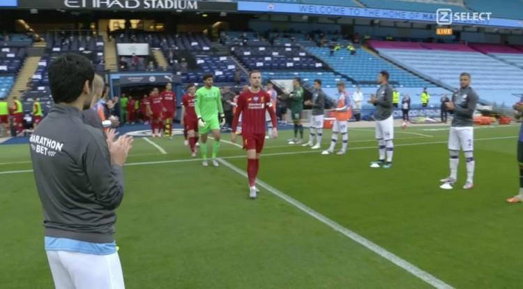 列队致敬时有人提前离开,部分利物浦球迷认为曼城缺乏尊重