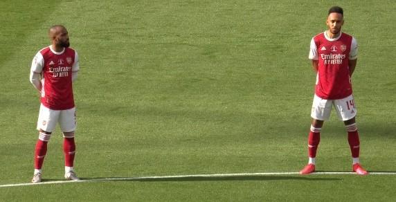 记者:奥巴梅扬续约已完结,其度假归来将拍照官宣的宣传照