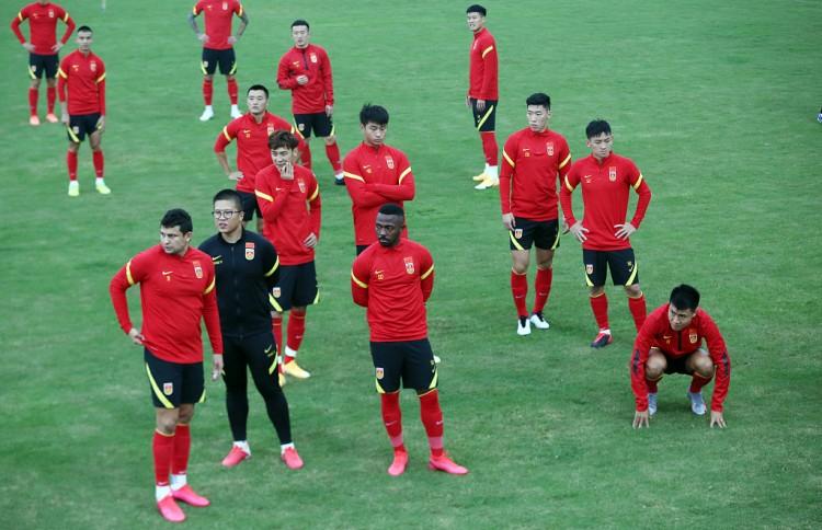 记者:国足本月20日海口会合,参加集训的球员26个左右