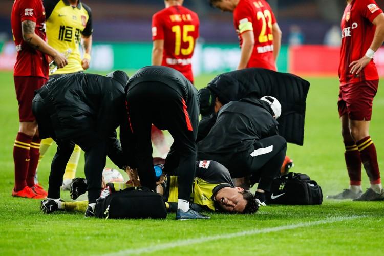 高准翼初步诊断为右膝损伤 刘奕鸣将他背回更衣室