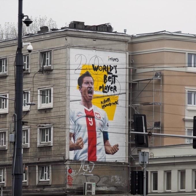 为了显示这一荣誉,主办方在华沙画上了莱万的巨幅涂鸦  