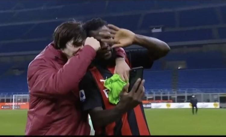 报告喜讯!米兰球员赛后在场上和主帅皮奥利视频通话