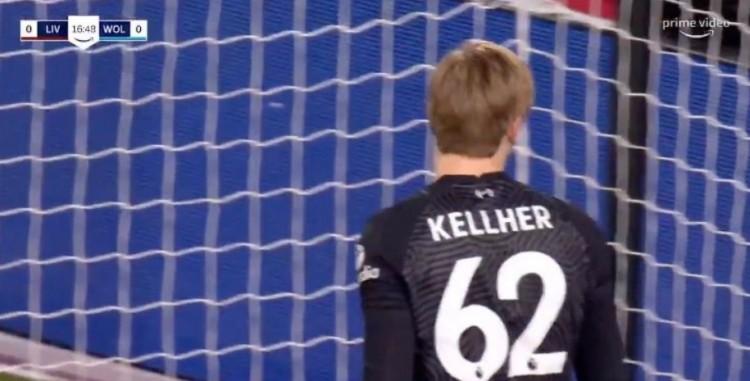 利物浦门将凯莱赫球衣印错名字,中场歇息时换衣服
