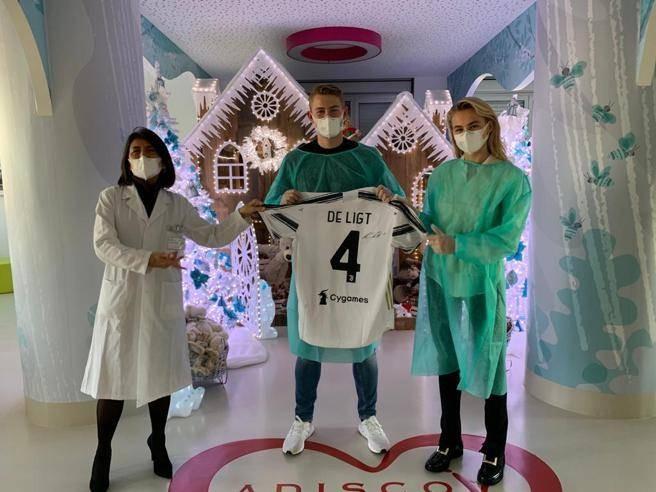 都体:德里赫特在昨日下午造访医院,给患癌儿童送圣诞礼物
