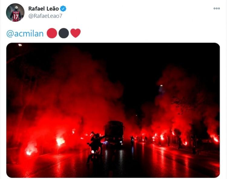 AC米兰球迷壮观场面为红黑军团壮行,莱奥晒照表明感激