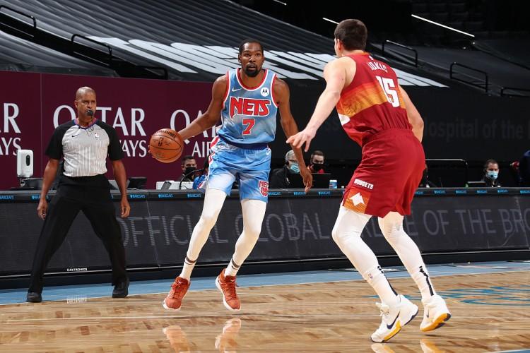 杜兰特发挥出色,全场18中12,三分7中4,得到34分9篮板13助攻