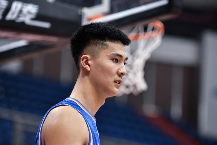 朱松玮常规赛第二阶段场均12.8分3.6篮板