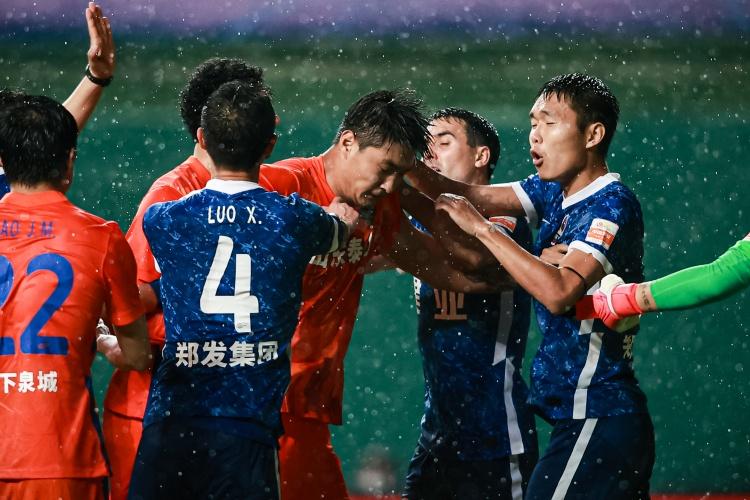豫媒:王上源接足协本赛季最严厉罚单,停赛给河南队蒙上阴影