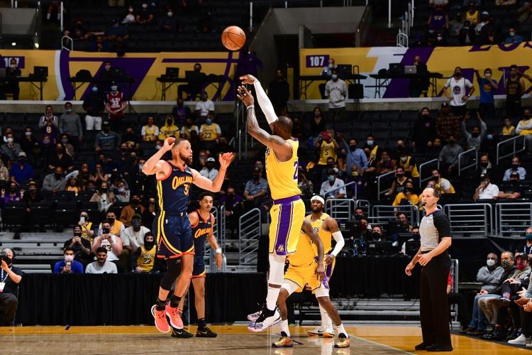 📰篮球晚报:最精彩的附加赛!詹姆斯超远三分准绝杀