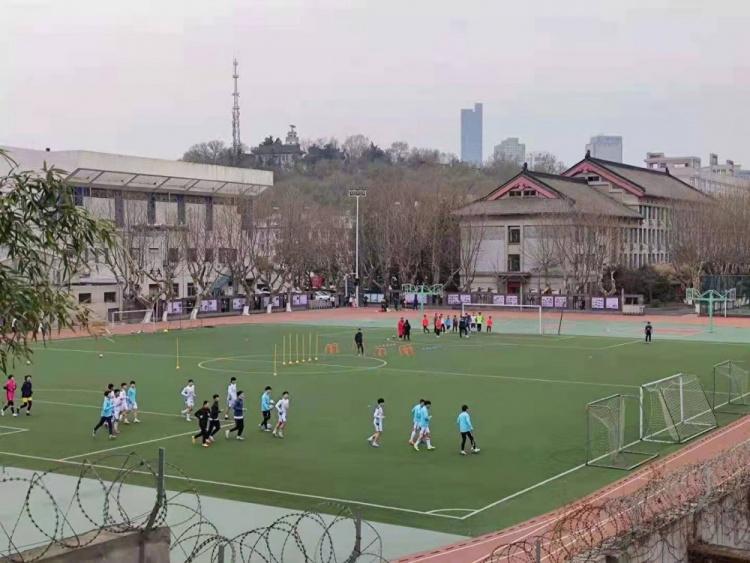 踢球的南京十三中学生(摄影:李睿麒)