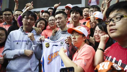眼含热泪!39岁老将刘炜赛后绕场一周与球迷告别
