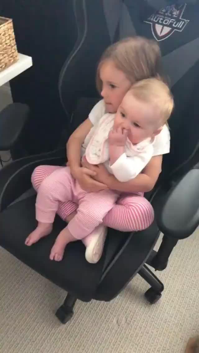 海沃德抱着二女儿认真打游戏 把最小的女儿交给大女儿带